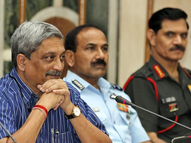 Defence Minister Manohar Parrikar with Air Chief Marshal Arup Raha and Army Chief General Dalbir Singh Suhag at a press conference to announce implementation of One Rank One Pension (OROP) scheme in New Delhi,on Saturday.(Photo by Virendra Singh Gosain/ Hindustan Times)