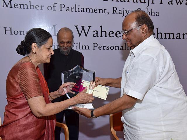Zakiya Kurrien receives The Kumud Bansal Award on Teacher's Day from NCP chief Sharad Pawar as Dr John Kurrien looks on. (HT photo)