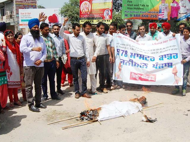 The Sangrur unit of the Master Cadre Union hold a demonstration near the district administrative complex. (HT Photo)