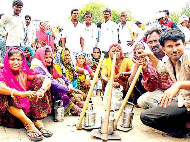 Migrant labourers, at Jaipur's 200-feet Bypass, waiting to be hired (Kumar Sambhav Shrivastava/ HT Photo)