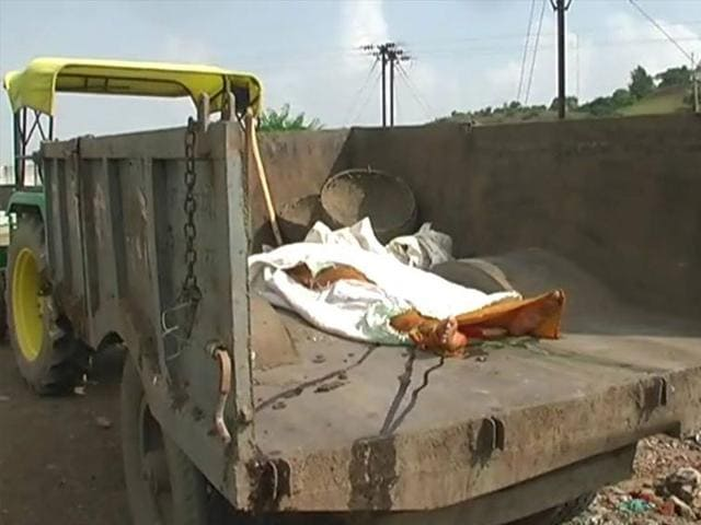 unclaimed body taken to burial site on garbage trolley,last rites of unclaimed body,Damoh civic body