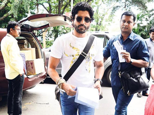 Farhan Akhtar spotted at the Mumbai airport. (HT photo)