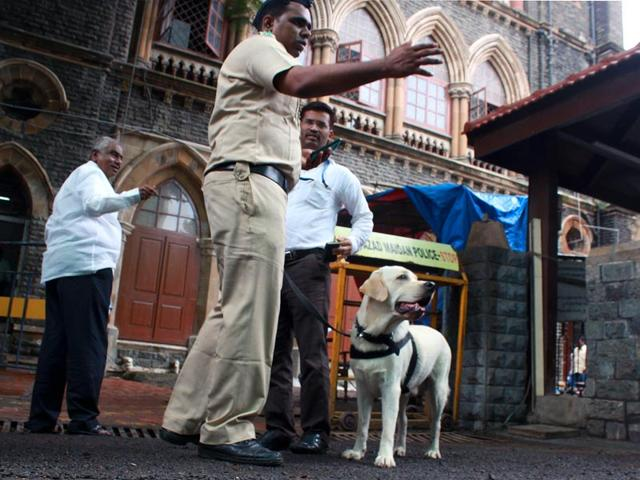 Mumbai police personnel in front of the Bombay high court. (Bhushan Koyande/HT Photo)