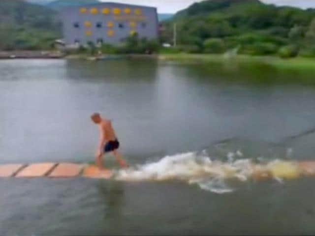 Shi Liliang runs 125 metres on water without falling (Youtube grab)