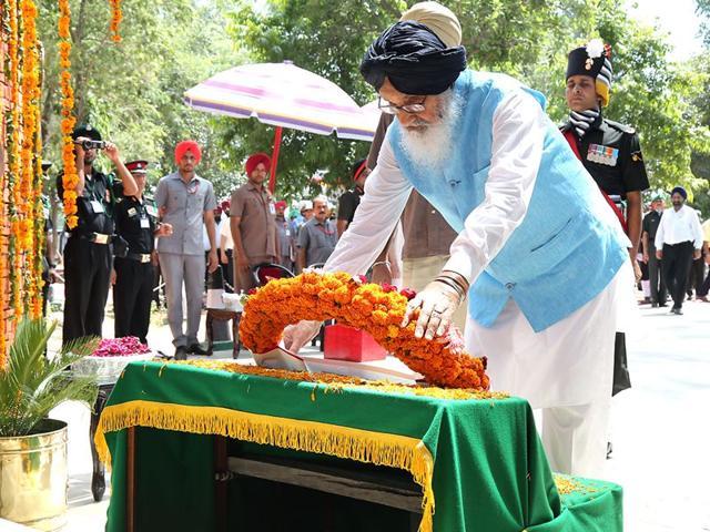 Punjab Chief Minister Parkash Singh Badal paying tribute to 1965 war hero Shaheed Abdul Hamid at village Asal Uttar in Punjab. (HT Photo)