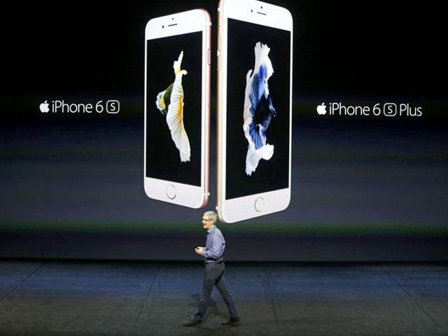 Apple CEO Tim Cook introduces the iPhone 6s and iPhone 6s Plus during an Apple media event in San Francisco, California, September 9, 2015. (Reuters Photo)