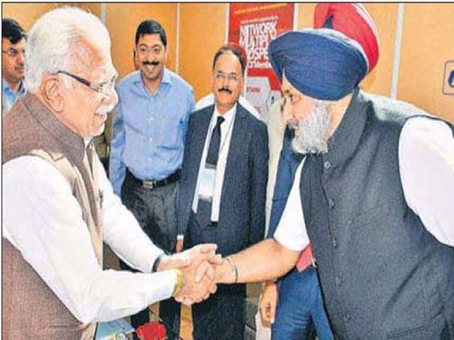 Haryana chief minister Manohar Lal Khattar meeting Punjab deputy CM Sukhbir Singh Badal at the CII conclave in New Delhi. (PTI Photo)