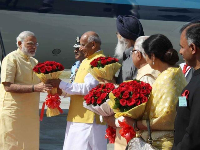 Prime Minister Narendra Modi being received by Punjab and Haryana governor Prof Kaptan Singh Solanki and Punjab chief minister Parkash Singh Badal at Chandigarh Airport on Friday. (HT Photo)