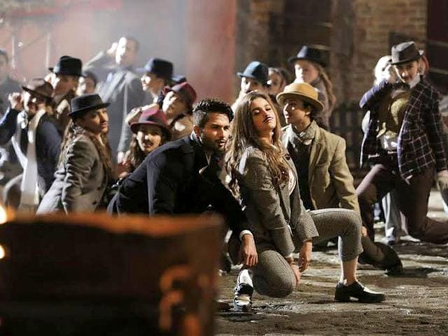 Shaandaar's song Gulaabo has been sung by Vishal Dadlani and Anusha Mani and has music by Amit Trivedi.