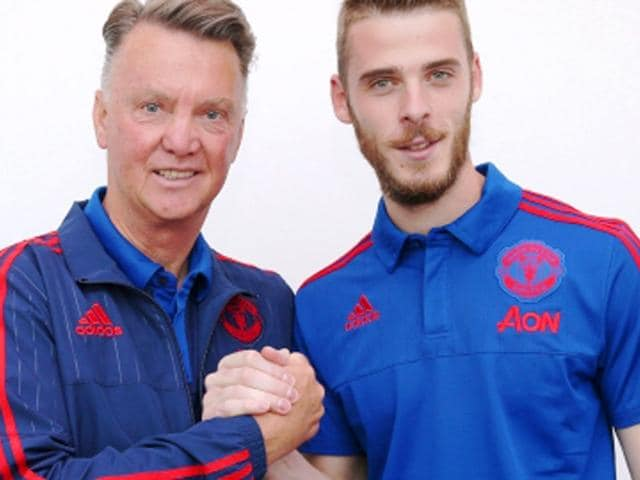 Spanish goalkeeper David De Gea signed a new 4-year contract with Manchester United after transfer deal with Real Madrid broke. (Picture credit: Manutd.com)