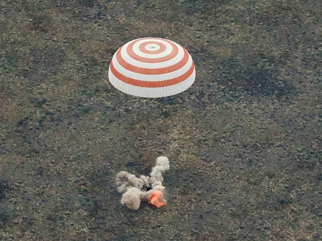 The Soyuz TMA-16M capsule carrying Russian cosmonaut Gennady Padalka, Aidyn Aimbetov and Andreas Mogensen of Denmark, is seen as it lands near the town of Dzhezkazgan (Zhezkazgan), Kazakhstan. (Reuters Photo)