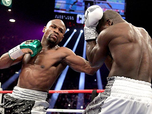 Floyd Mayweather Jr. (L) in action against Andre Berto during the fight for the WBO Welterweight World Title at the MGM Grand Garden Arena in Las Vegas, Nevada on September 12, 2015. (AFP Photo)