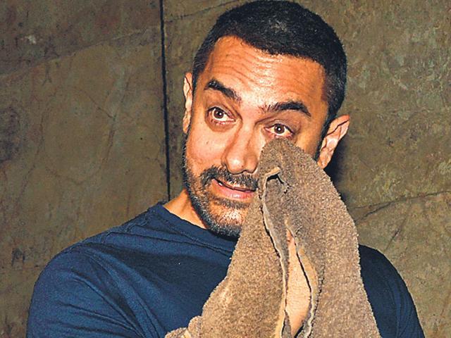 Aamir Khan was seen wiping his tears with a towel after watching Salman Khan's Bajrangi Bhaijaan. He was also spotted crying after watching Imran Khan-Kangana Ranaut-starrer Katti Batti. (Photo: Yogen Shah)