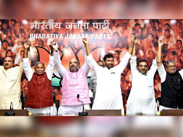 BJP president Amit Shah with HAM(S) chief Jitan Ram Manjhi, LJP president Ram Vilas Paswan, RLSP leader Upendra Kushwaha and other leaders during a press conference in New Delhi. (Arun Sharma/HT Photo)