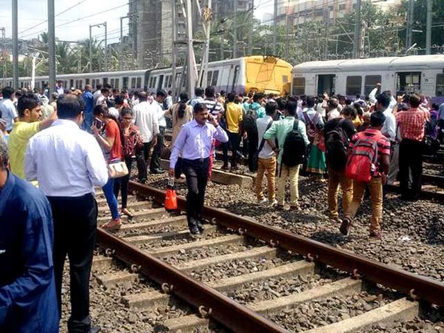 Mumbai traffic,Train derailed,Ganesh Chaturti