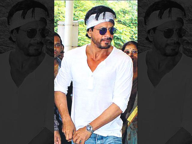 Shah Rukh Khan leaves for Hyderabad to shoot the next leg of his next with Rohit Shetty, Dilwale. (Photo: Viral Bhayani)