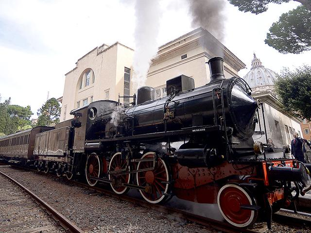 A steam locomotive readies to depart from the Vatican's train station to the pope's summer home of Castel Gandolfo on September 11, 2015 in Vatican City. Pope Francis has recently decided to open the link to visitors as well as part of pope's summer residence. (AFP Photo)