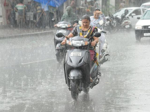 Heavy rains,Mumbai-Pune train services,Deccan Queen