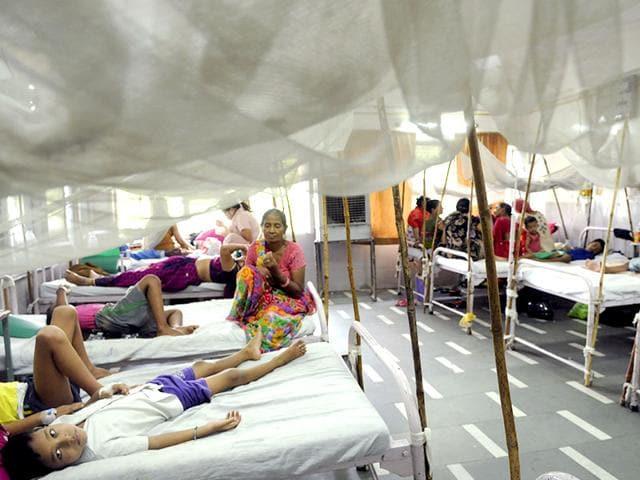 The crowded dengue ward of GTB Hospital in New Delhi. (Arun Sharma/ HT Photo)