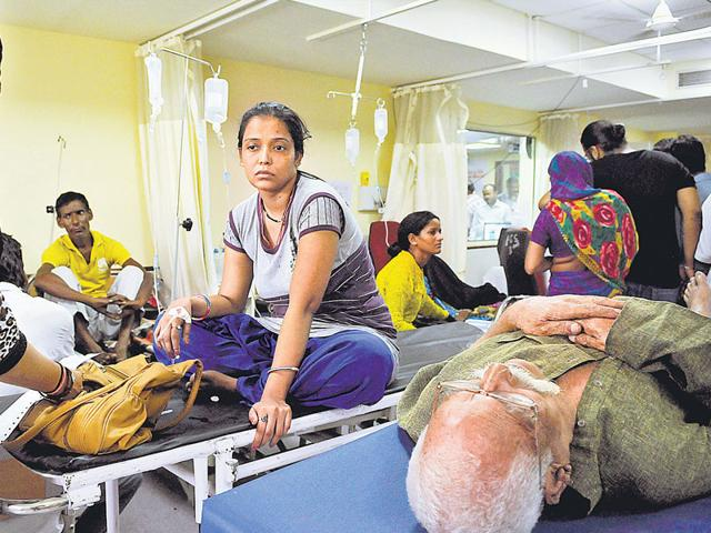 An overcrowded emergency ward at the Dr Ram Manohar Lohia Hospital where patients are forced to share a bed. (Saumya Khandelwal/HT Photo)