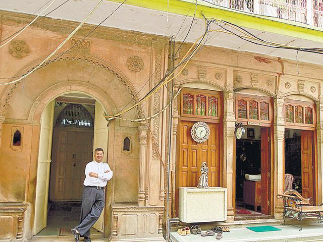 Atam Prakash Agarwal at his haveli, in Naughara, Chandni Chowk. It is among the few heritage havelis in Old Delhi that have been restored by their owners. (Sanjeev Verma/HT Photo)
