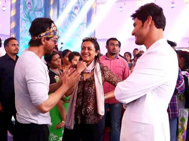 Shah Rukh Khan meets Mahesh Babu on the sets of Brahmotsavam.