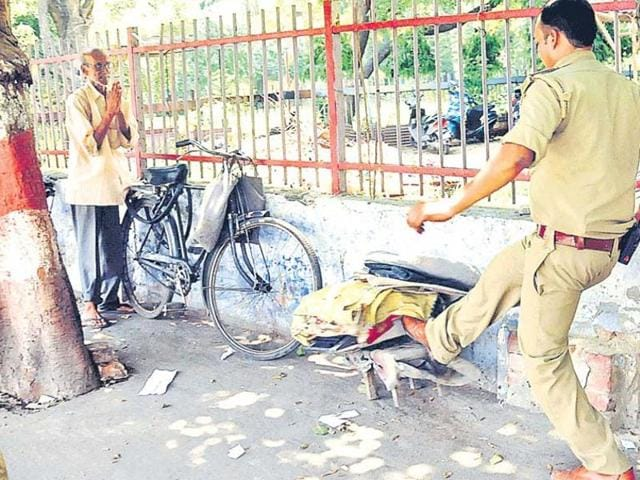 Viral photo of a police officer in Uttar Pradesh smashing a typewriter used by a senior citizen to earn a livelihood on the roadside(Deepak Gupta/Ht Photo)
