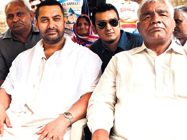 Aamir Khan with former wrestler Mahavir Singh Phogat and his family in Ludhiana, Punjab.