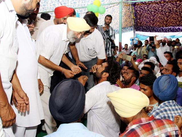A farmer arguing with Akali MP Balwinder Singh Bhunder (left) during the kisan mela in Bathinda on Tuesday.