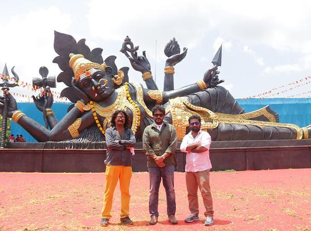 Aranmanai 2 stars Siddharth, Trisha Krishnan, Hansika Motwani, Soori and Poonam Bajwa. Seen here, director Sundar C with art director Gururaj.