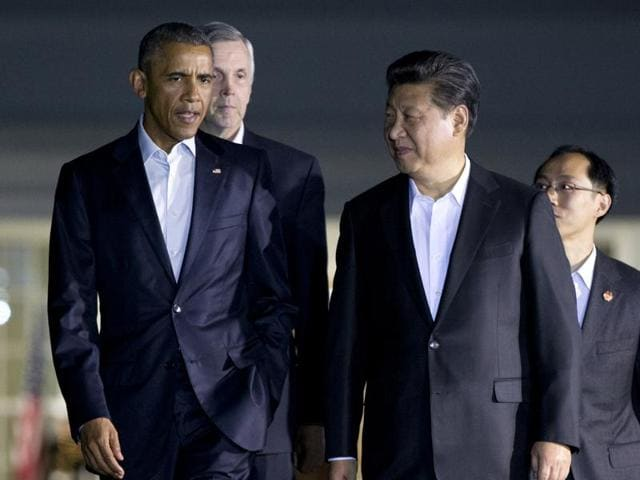 US President Barack Obama (L) chats with Chinese President Xi Jinping as they walk from the West Wing of the White House to a private dinner across the street at Blair House, in Washington.
