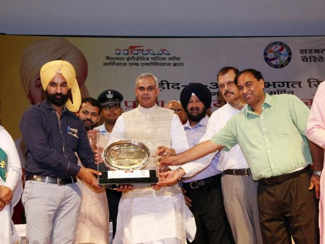 Himachal Pradesh governor Acharya Dev Vrat being felicitated by the national Integrated Forum of Artists and Activists on the occasion of 108th birth anniversary of Bhagat Singh at Karnal on Sunday.