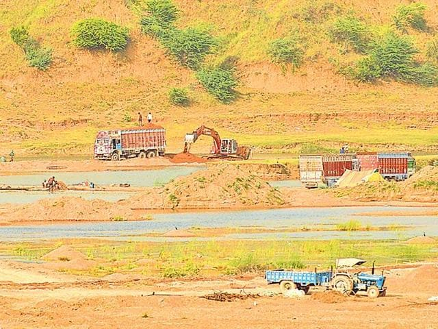 illegal sand mining,sand miners attack MP government officials,Chambal Sanctuary