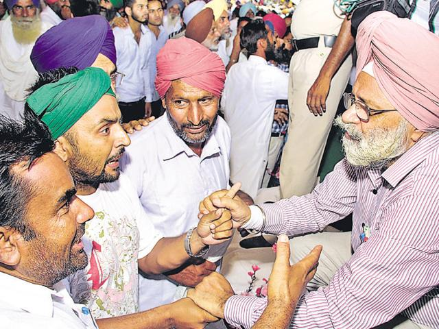 Angry farmers confront PAU vice-chncellor Baldev Singh Dhillon during a kisan mela in Bathinda.
