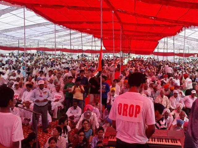 Large crowds at the veterans' rally for the OROP at Ambala on October 2. Subedar Attar Singh Multani, who led the team that organised the massive show, is standing on the right with his back to the camera.