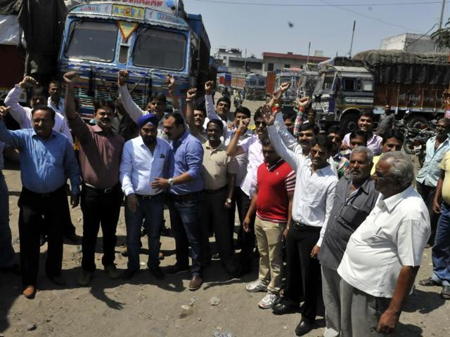 Truckers and transports on Saturday also staged a dharna at Jantar Mantar in New Delhi.