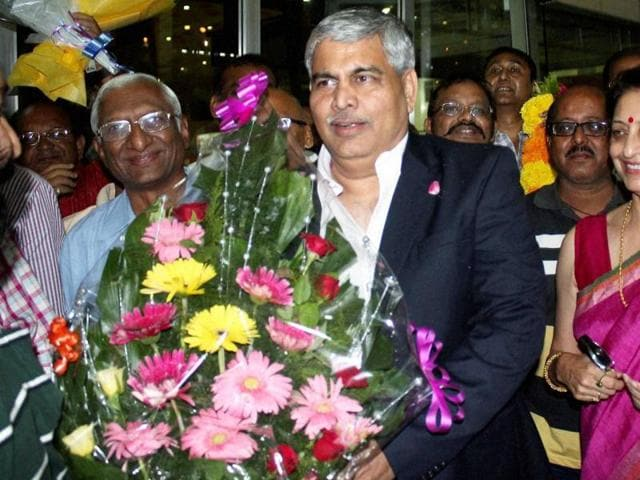 Newly-elected BCCI President Shashank Manohar is welcomed at the Baba Sahab International Airport in Nagpur, on October 4, 2015.