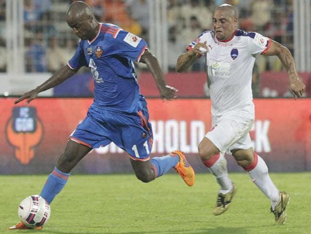 Reinaldo Da Cruz Oliveria of FC Goa(Blue) in action against Roberto Carlos of Delhi Dynamos FC during the Hero ISL 2015 match at Jawaharlal Nehru Stadium in Margoa, India, on October 4, 2015.