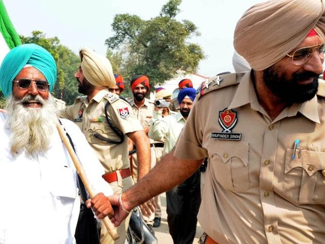 Police round up farmers during the protest against anti-former policies near the railway station in Patiala