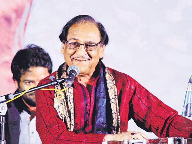 Ghulam Ali and late Jagjit Singh at a concert.(HT File Photo)