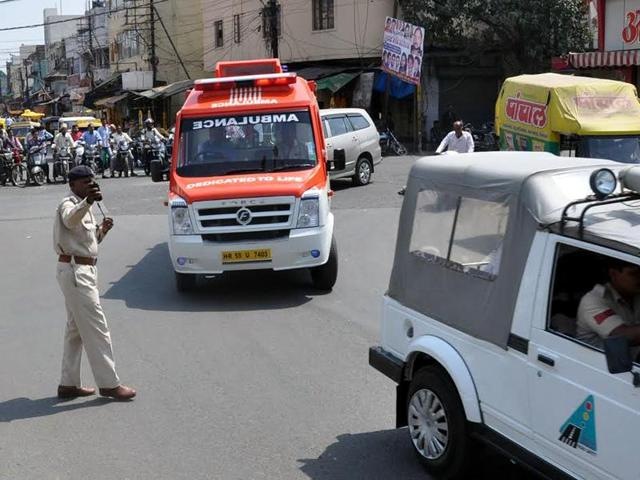 Traffic being stopped at Bada Ganpati square to make way for the ambulance carrying organs for transplant, to Indore airport on Wednesday.
