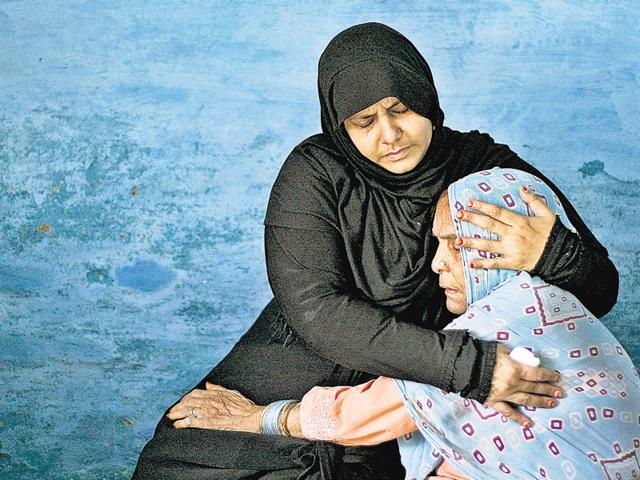 Family members of Mohammad Ikhlaq . Congress said PM Modi has 'skirted the real issue' in the wake of Dadri lynching incident after Modi said that Hindus and Muslims should fight poverty and not against each other at a rally in Bihar on October 8, 2015.(Burhaan Kinu / Hindustan Times)