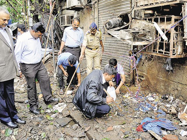 Forensic experts at the scene of the 2011 Mumbai blasts.