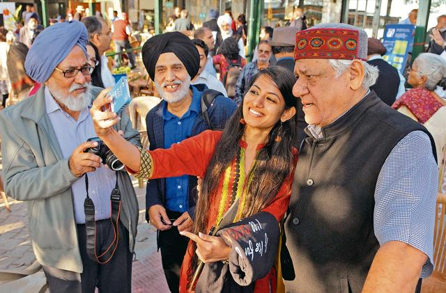 Actor Om Puri along with participants of Khuswant Singh Lit Fest in Kasauli.