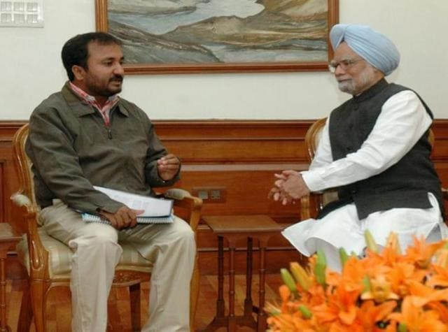 Super30 academy founder Professor Anand Kumar meeting the then-Prime Minister Manmohan Singh.