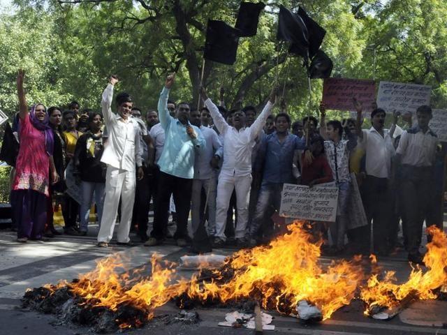 Members of Rashriya Dalit Sahitya Akadmi burn effigy of Samajwadi Party chief Mulayam Singh Yadav and Uttar Pradesh chief minister Akhilash Yadav.