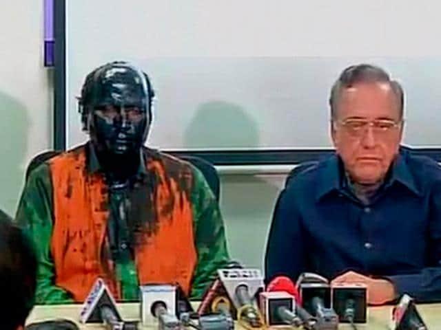 Writer Sudheendra Kulkarni and Pakistan's former foreign minister Khurshid Mahmud Kasuri at the press conference.(TV screen grab)