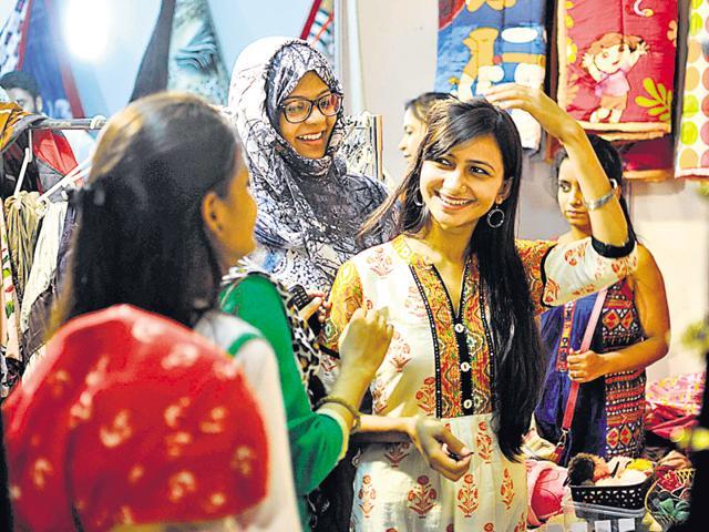 People enjoying during the Indo-Pak exhibition and food festival at Indira Gandhi Pratisthan on Sunday.(Deepak/HT photo)