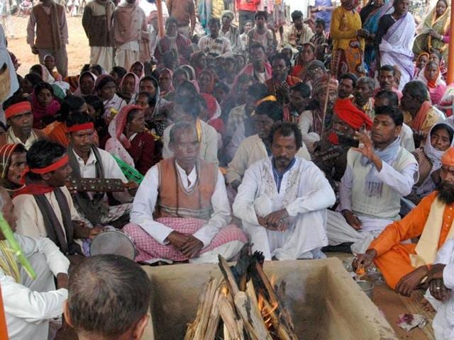 File photo of an event where tribals were converted to Hinduism in Bengal's Birbhum district. In the neighbouring Jharkhand, the Gumla administration on October 12, 2015, ordered a probe into the conversion of tribal families to Christianity. Hindu hardliners say Christian missionaries have converted the tribal population through inducement and coercion.(HT File Photo)