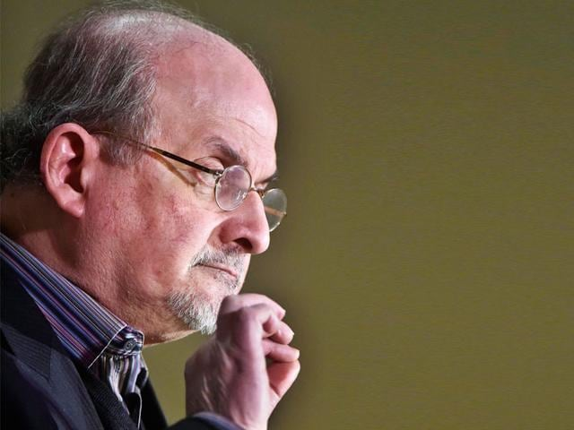 Salman Rushdie has come out in support of Indian writers returning their awards to protest against what they said 'growing intolerance'.
